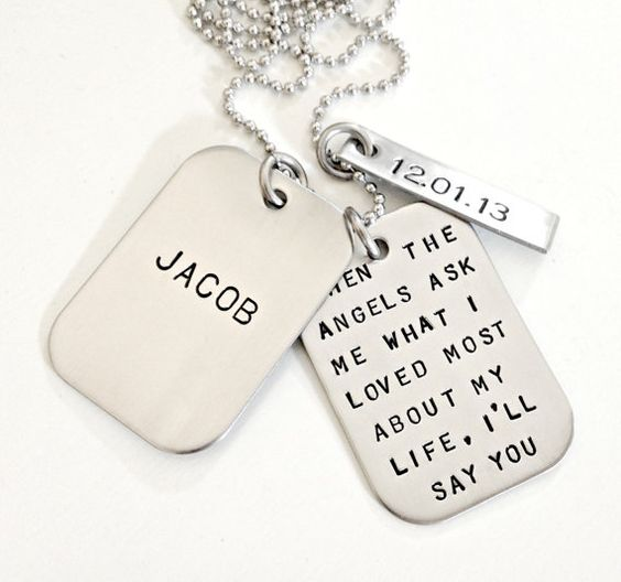 Personalized dog tags can be a very good gift for your pet this holiday